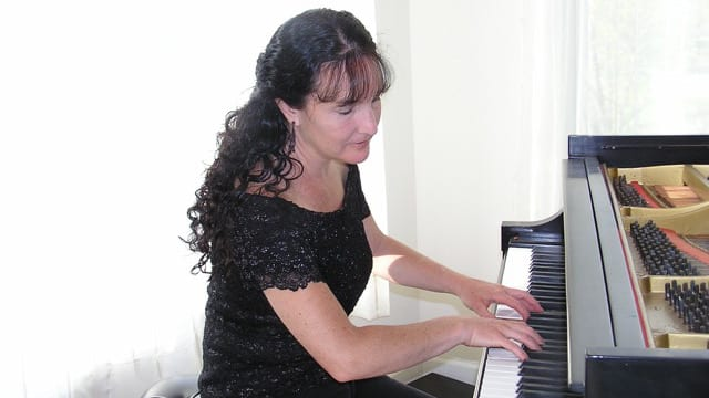 Stacey Rose Plays Piano