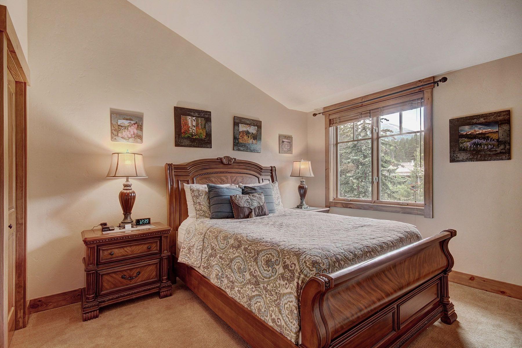 Room at Mountain Thunder Lodge.