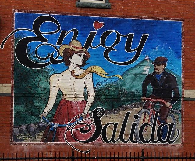 gambar seni mural di pusat kota Salida