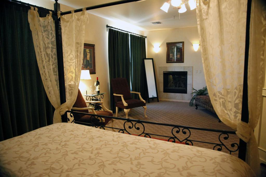 image of champagne suite at two rivers winery