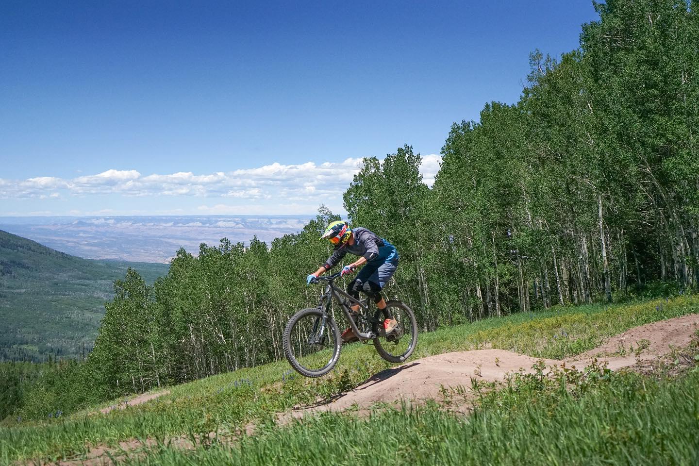 gambar bersepeda di resor ski powderhorn
