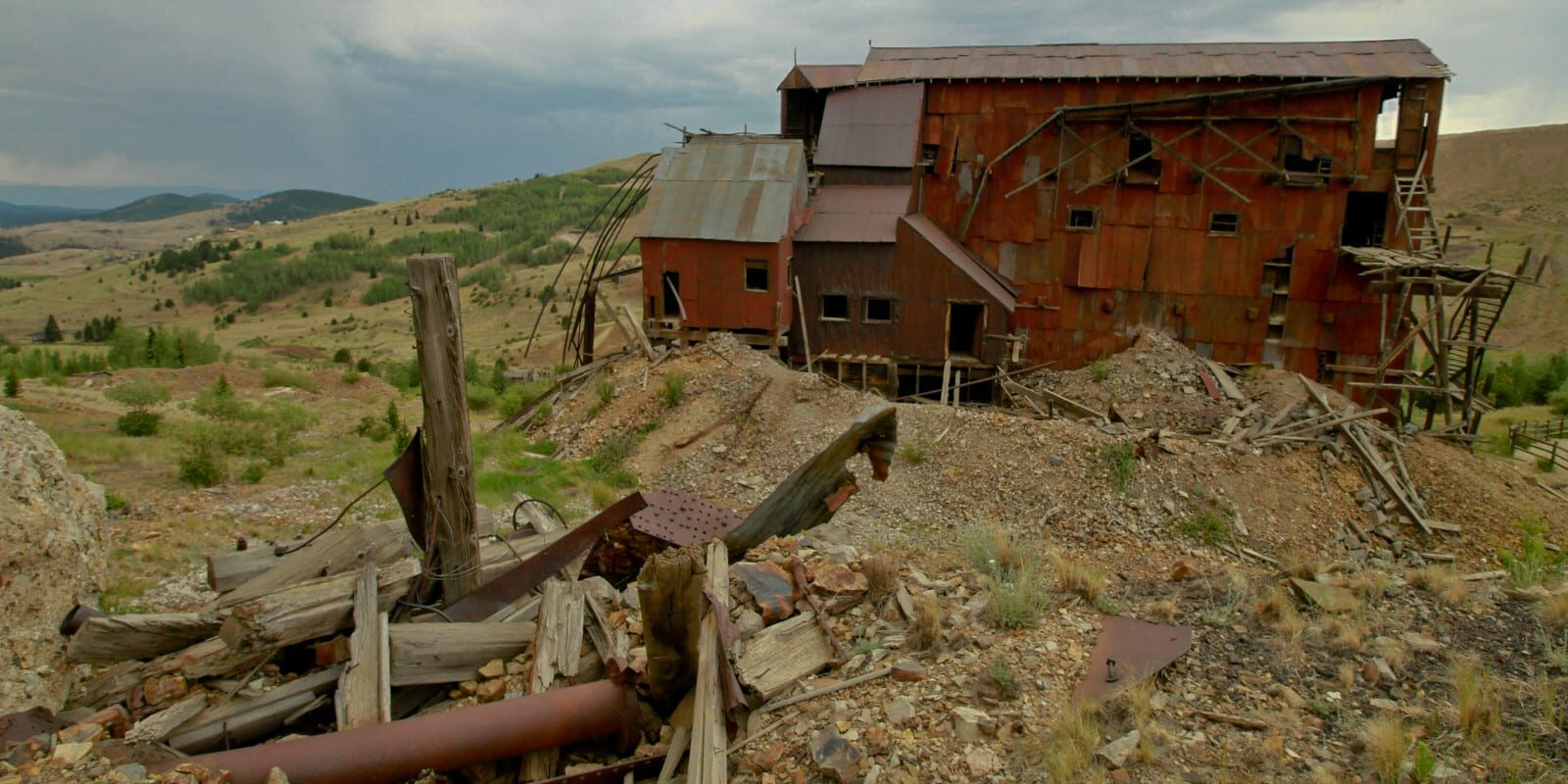 Image of a mine house decaying in Goldfield, Colorado, a ghost town