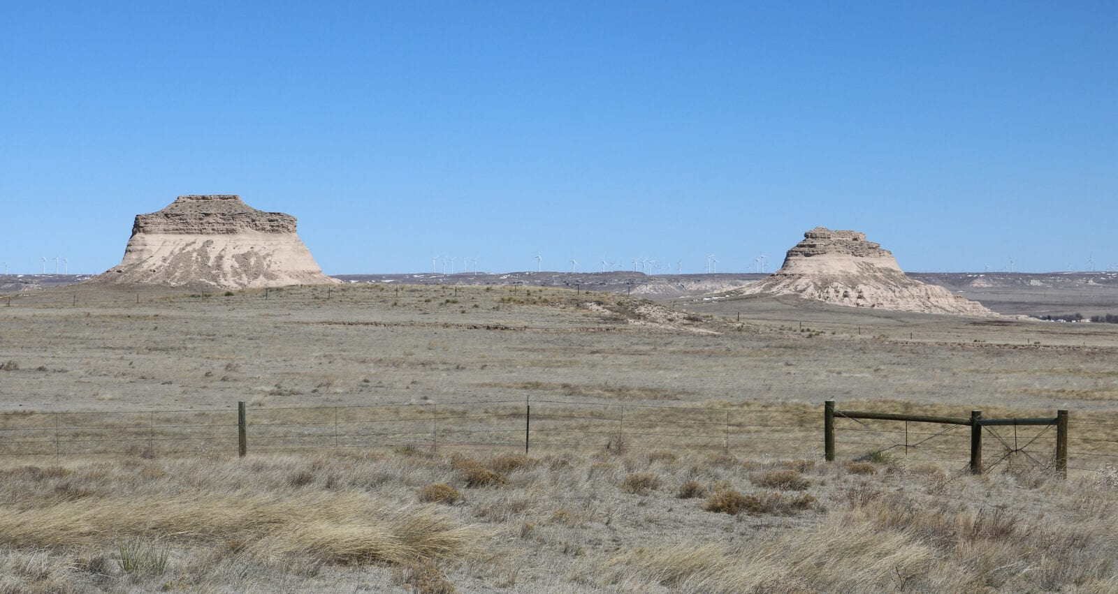 Image of the Pawnee Buttes in Colorado on a clear day