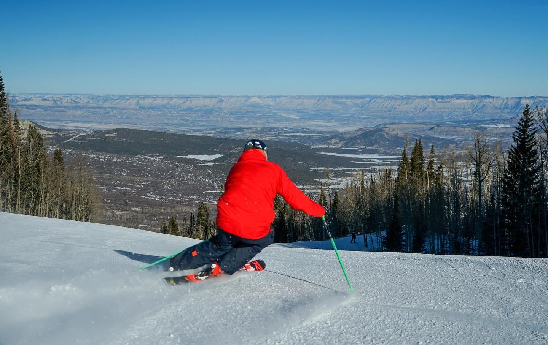 gambar pemain ski di powderhorn resort
