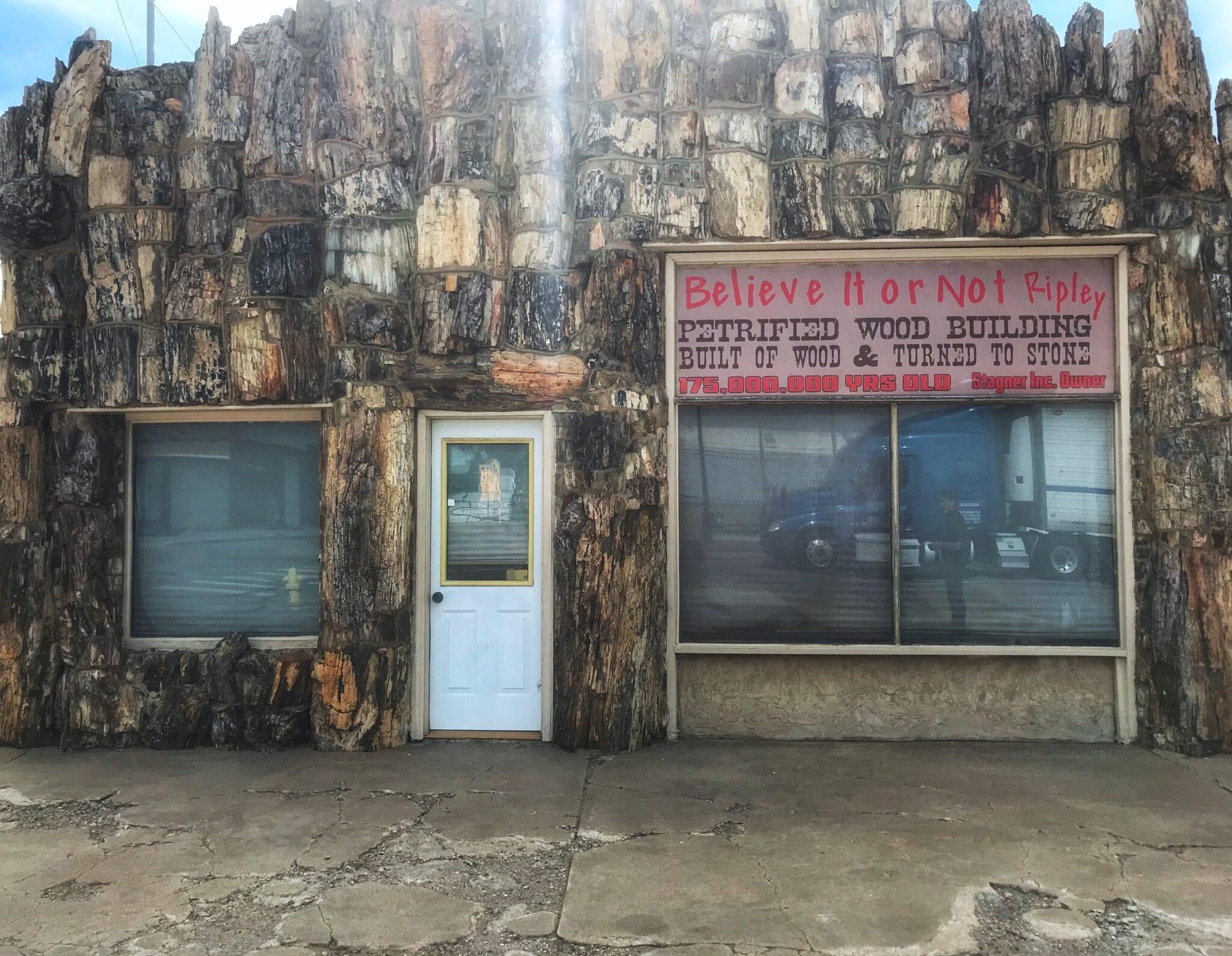gambar bangunan kayu membatu