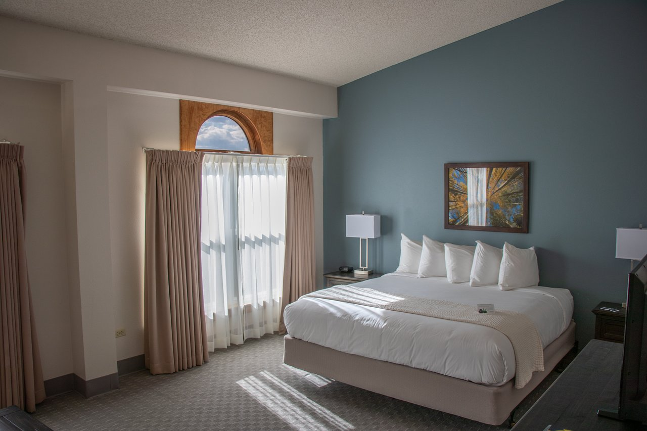 image of a room at the lone tree golf club