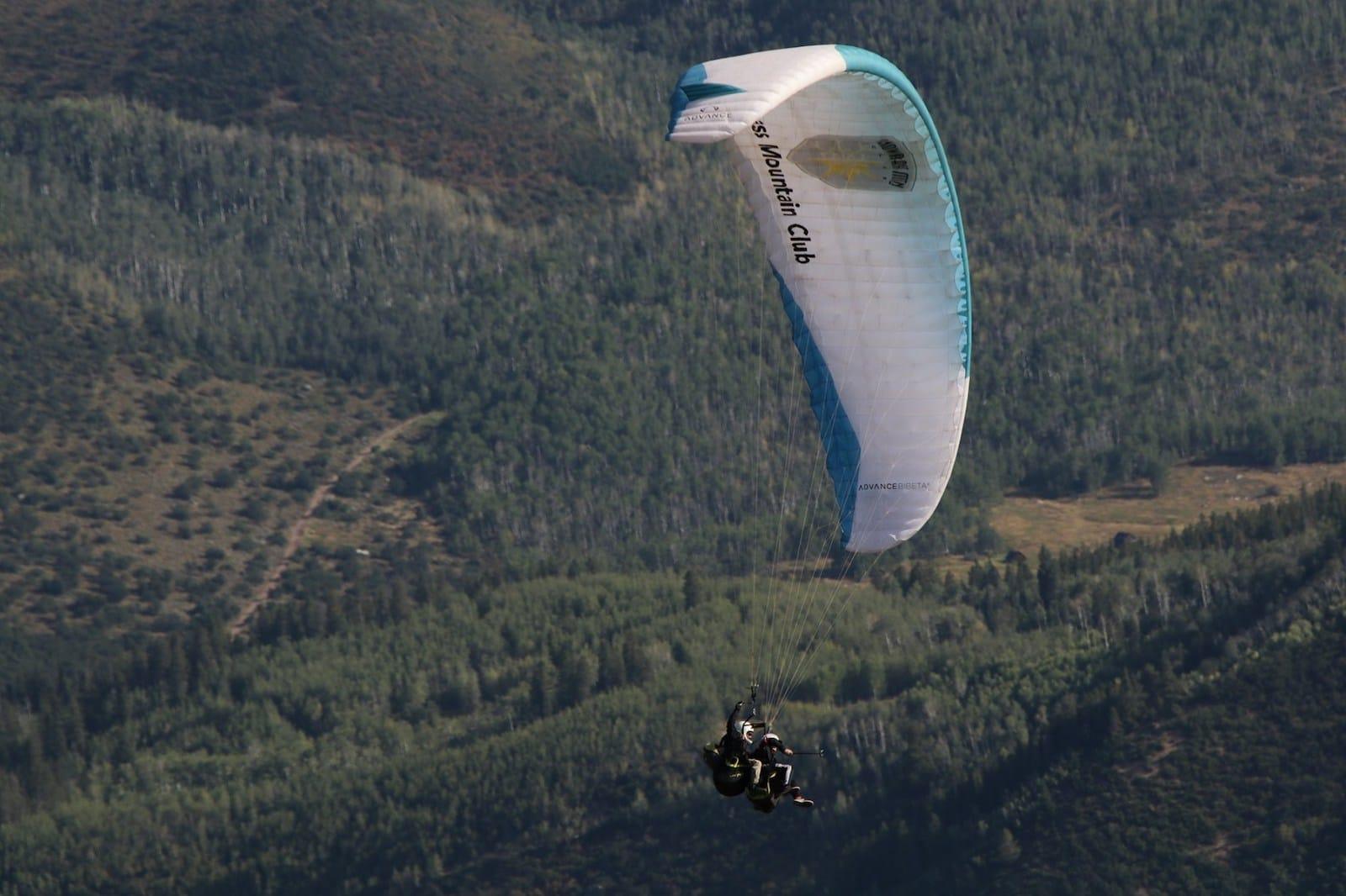 Image of people paragliding in Aspen, Colorado