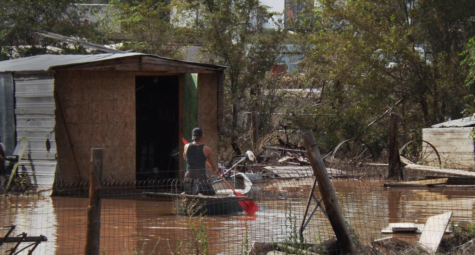 Gambar seorang pembuat kayak memeriksa kerusakan akibat banjir Colorado 2013