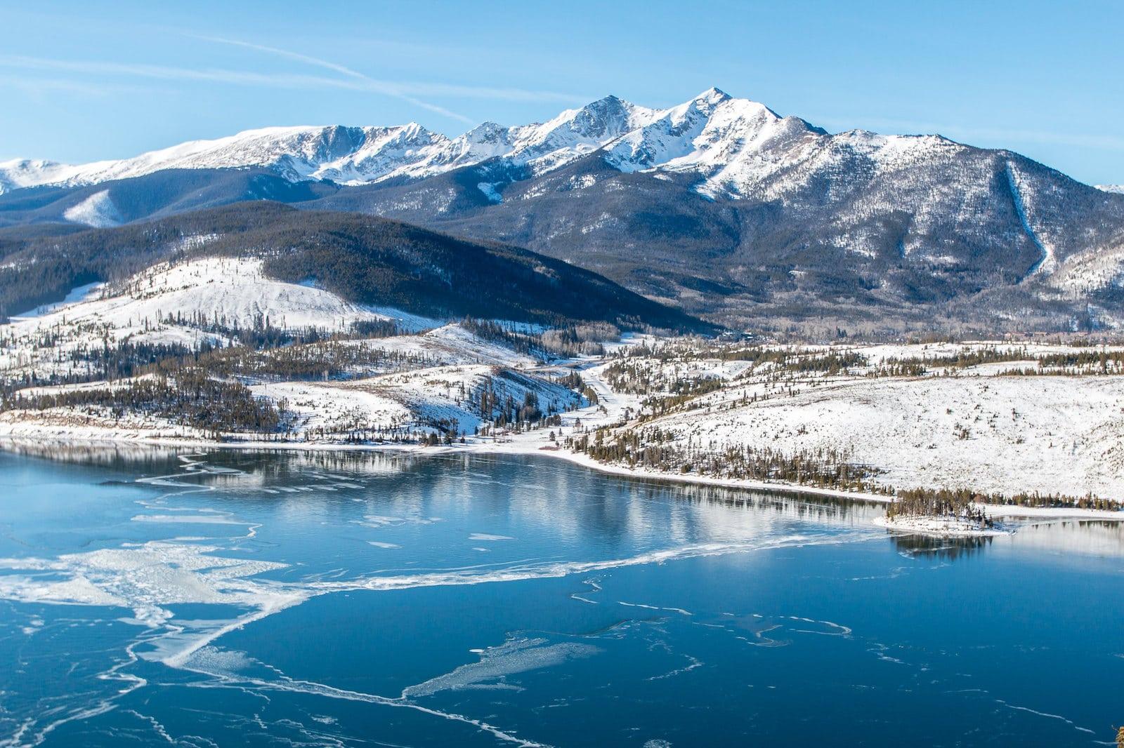 Gambar pegunungan bersalju dan danau beku di Colorado