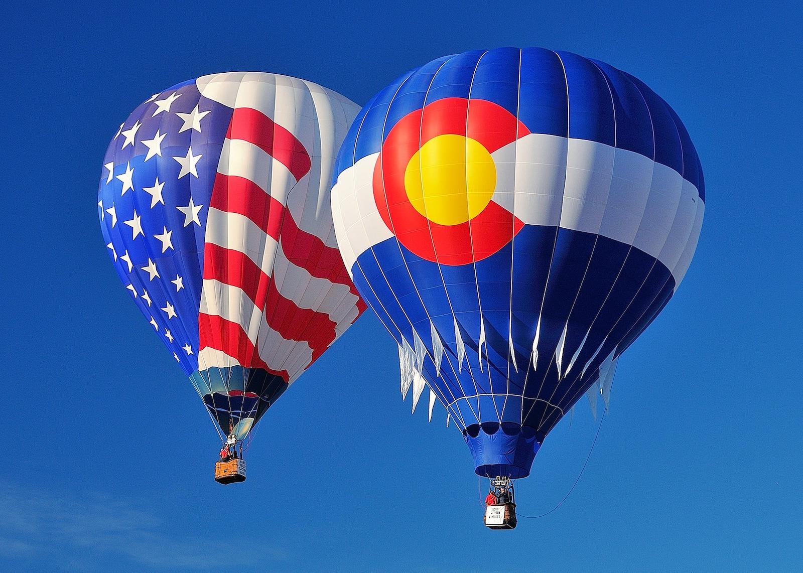 Gambar bendera Amerika dan balon udara panas bendera Colorado di Steamboat Springs Hot Air Balloon Rodeo