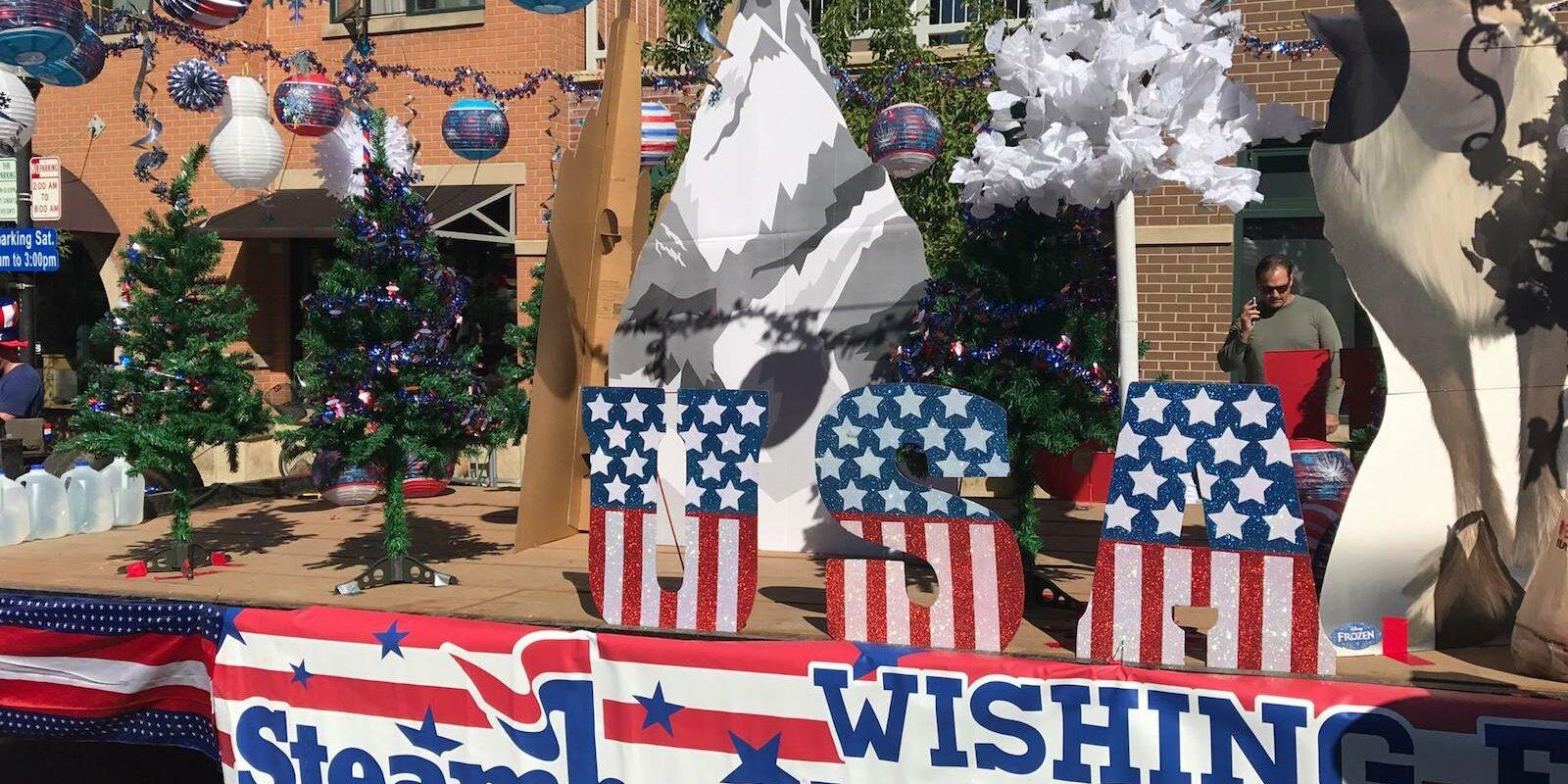 Gambar kendaraan hias parade keempat Juli di Steamboat Springs, Colorado