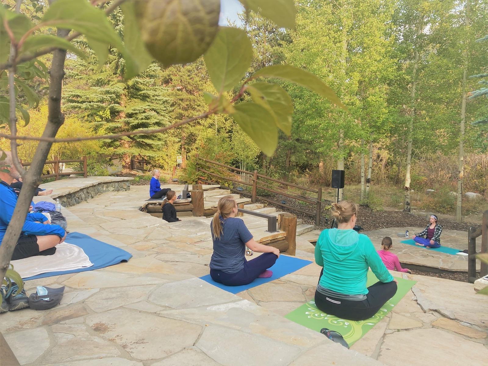 Gambar orang melakukan yoga di Align in the Pines di keystone