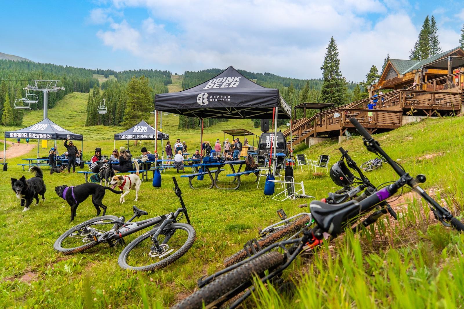 Gambar sepeda dan tenda di acara Bikes, Brews, and Tunes di Copper Mountain, Colorado