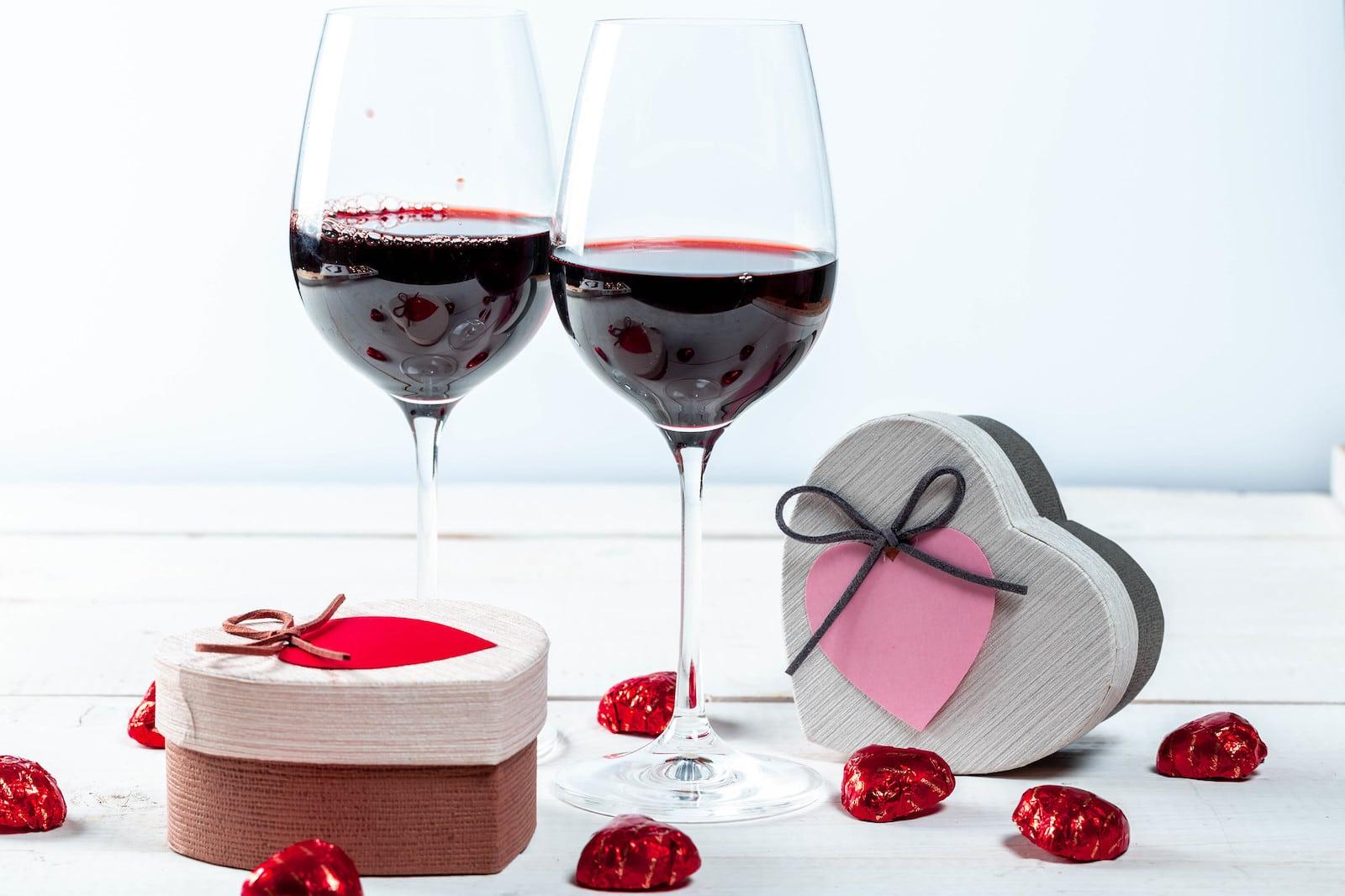 Gambar gelas anggur dan coklat