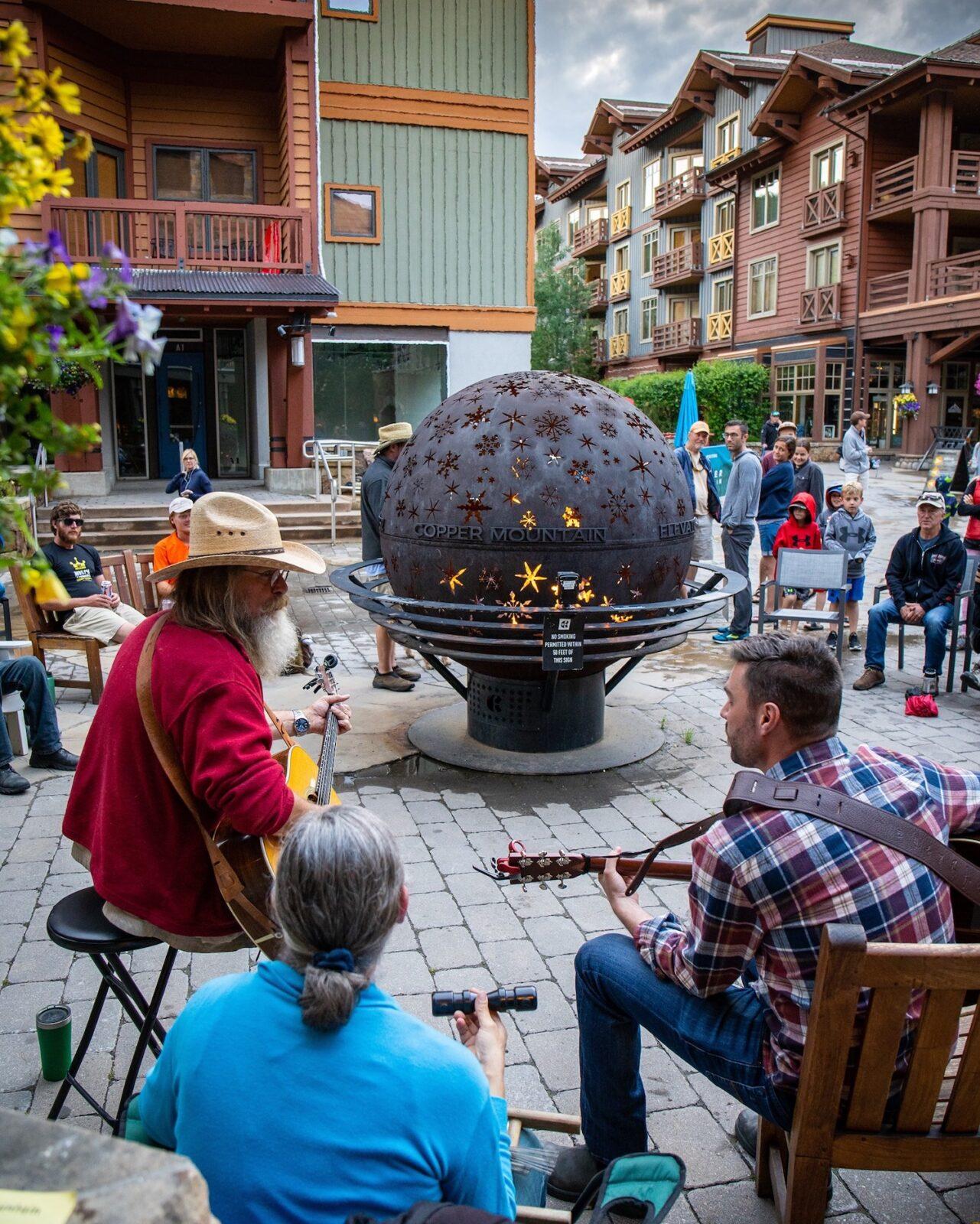 Gambar orang bermain gitar akustik di Copper Mountain, Colorado