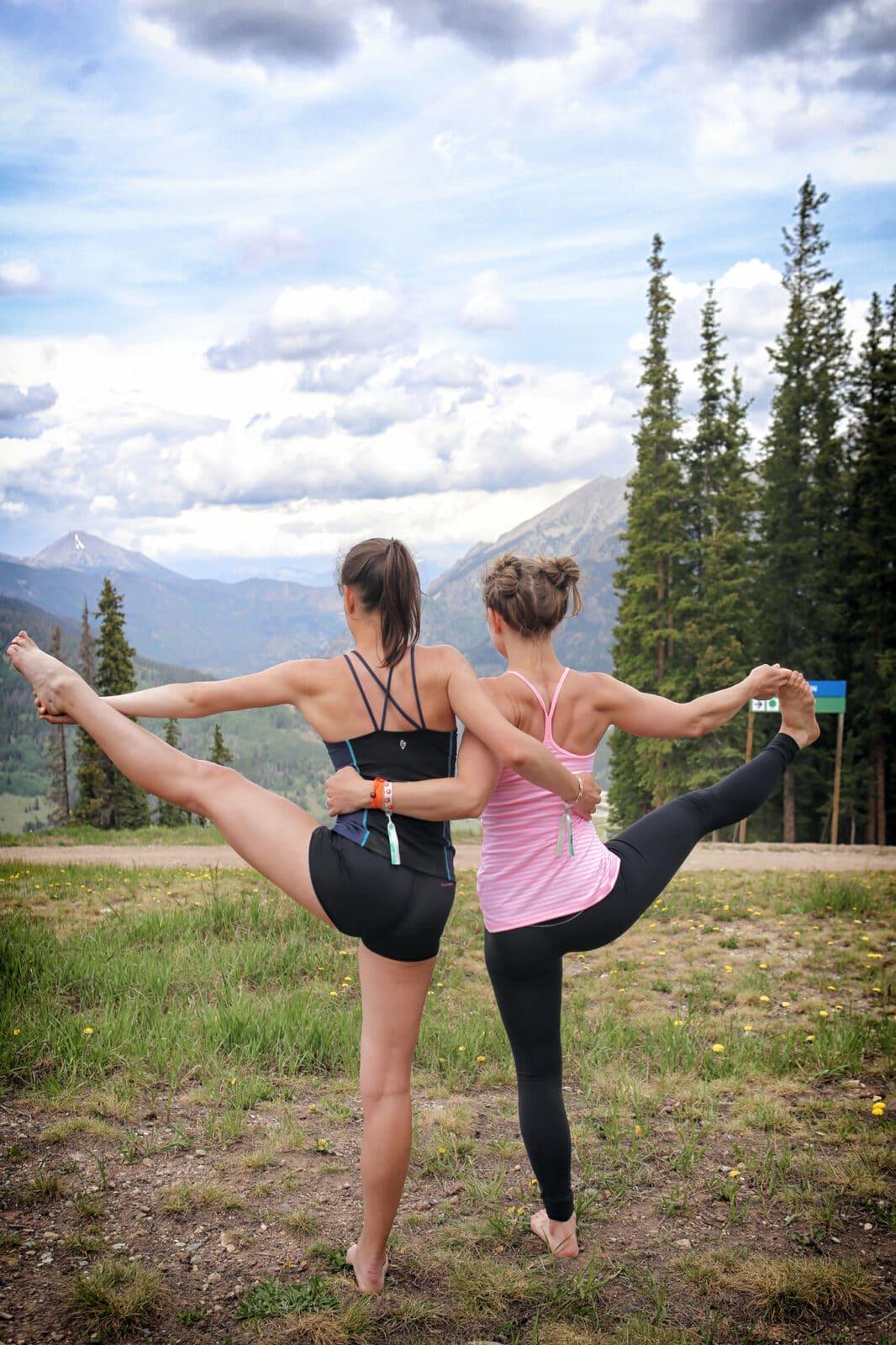 Gambar dua orang melakukan yoga di Copper Mountain, Colorado