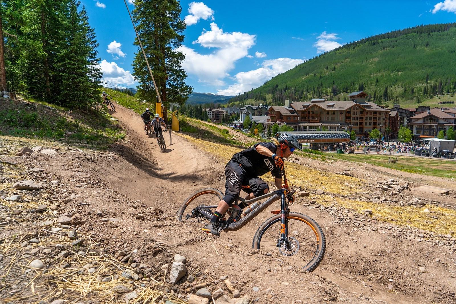 Gambar pengendara sepeda di Downhill Dukes di Copper Mountain, Colorado