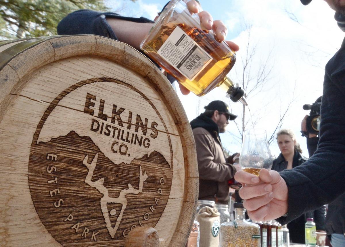 Gambar wiski yang dituangkan di Whiskey Warmup di Estes Parks, Colorado