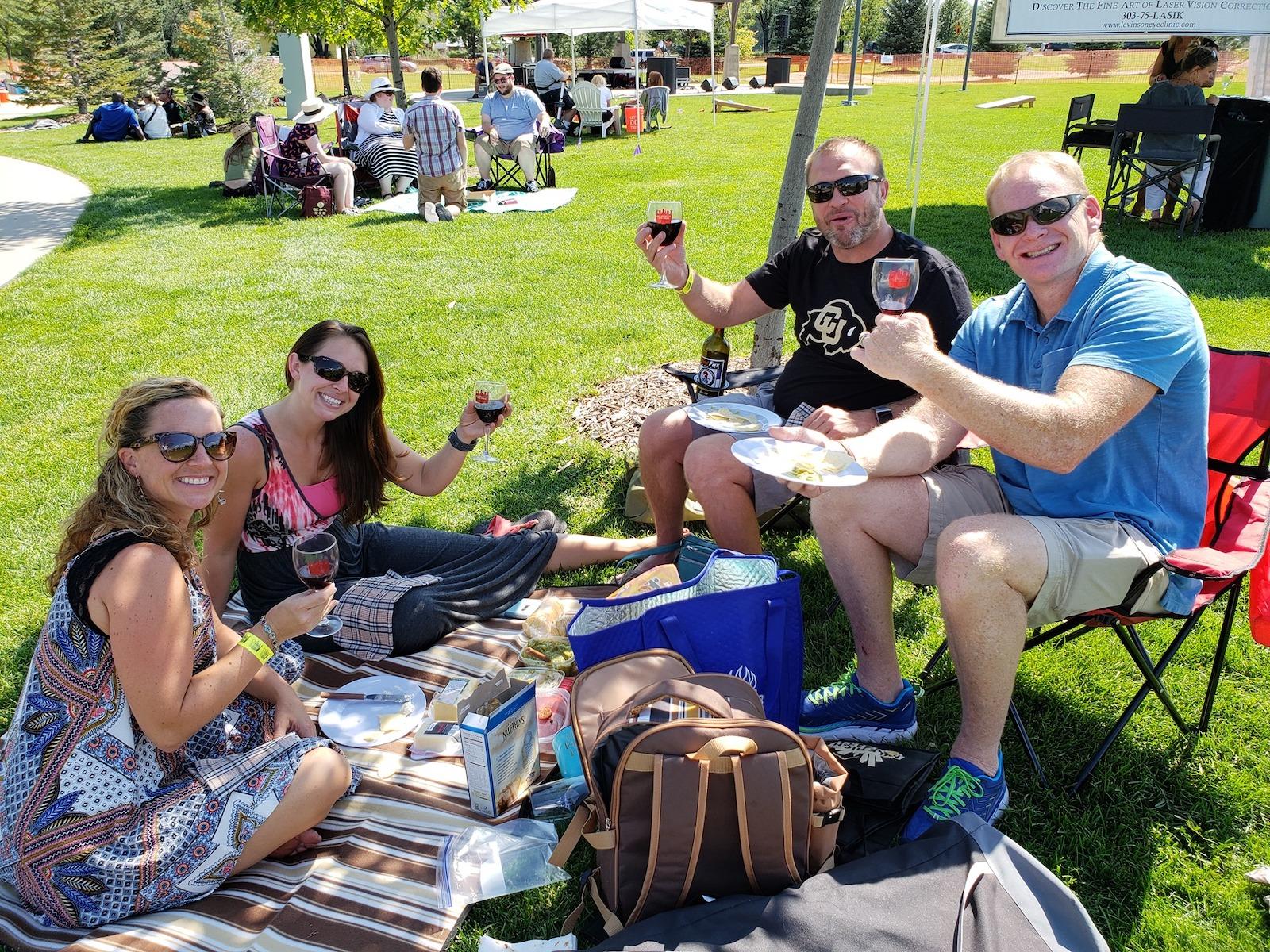 Gambar orang minum di Estes Park Wine Festival di Colorado