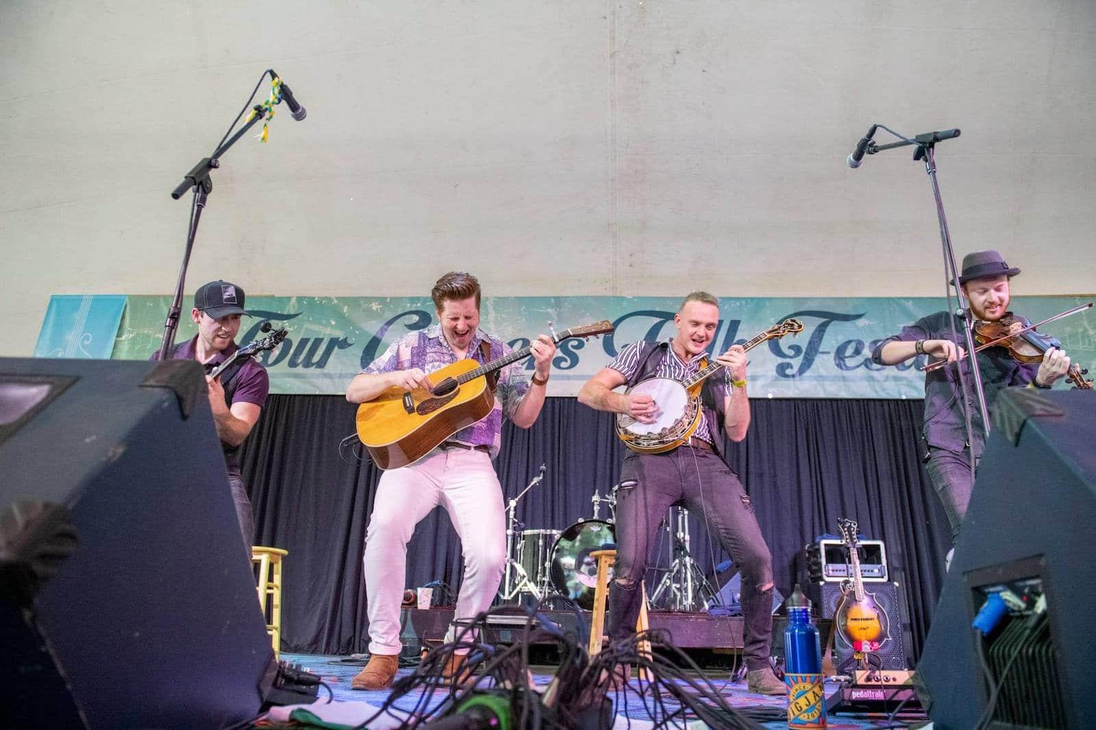 Gambar musisi tampil di Four Corners Folk Festival di Pagosa Springs, Colorado