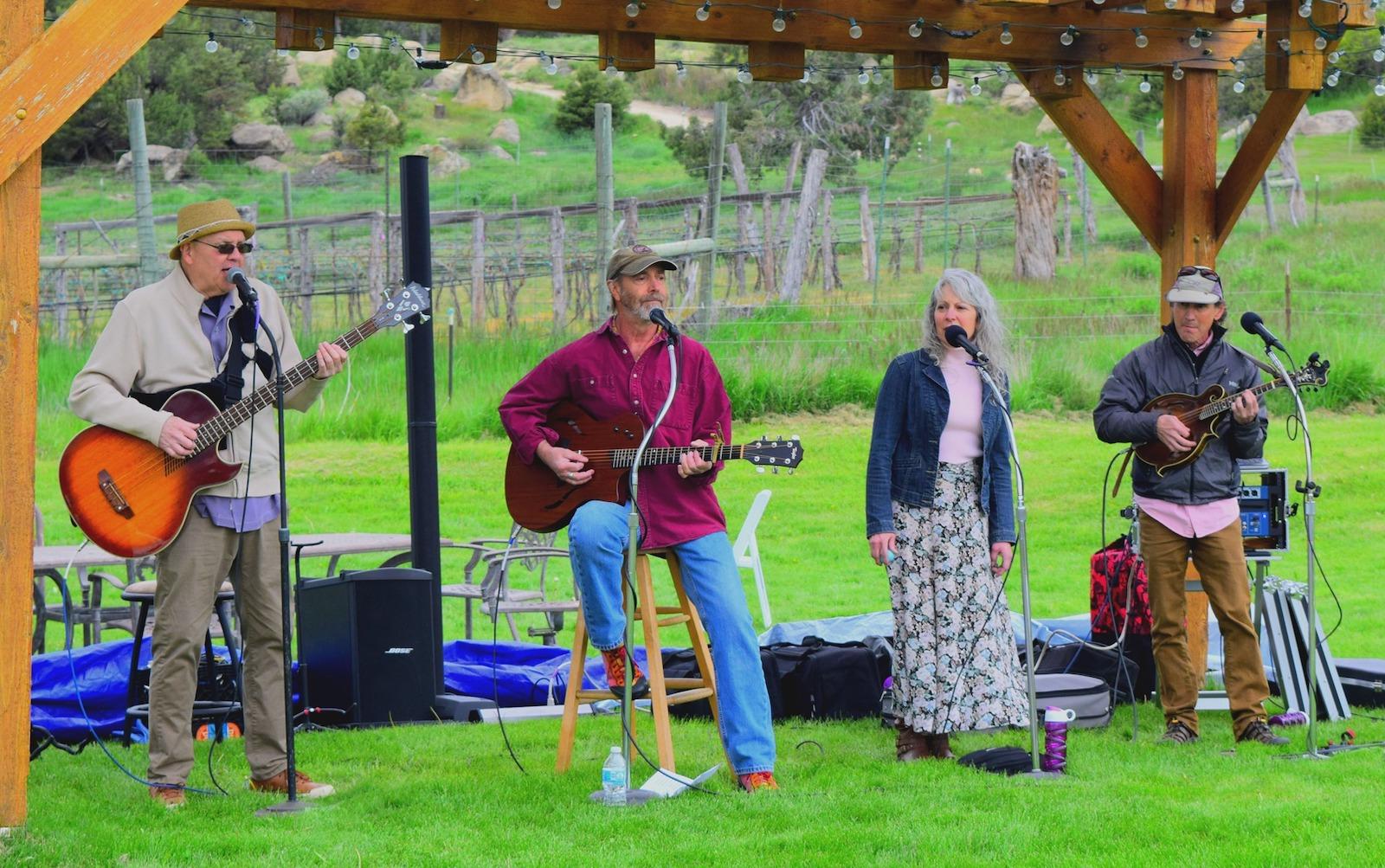 Gambar band yang tampil di Fox Fire Farms di Colorado