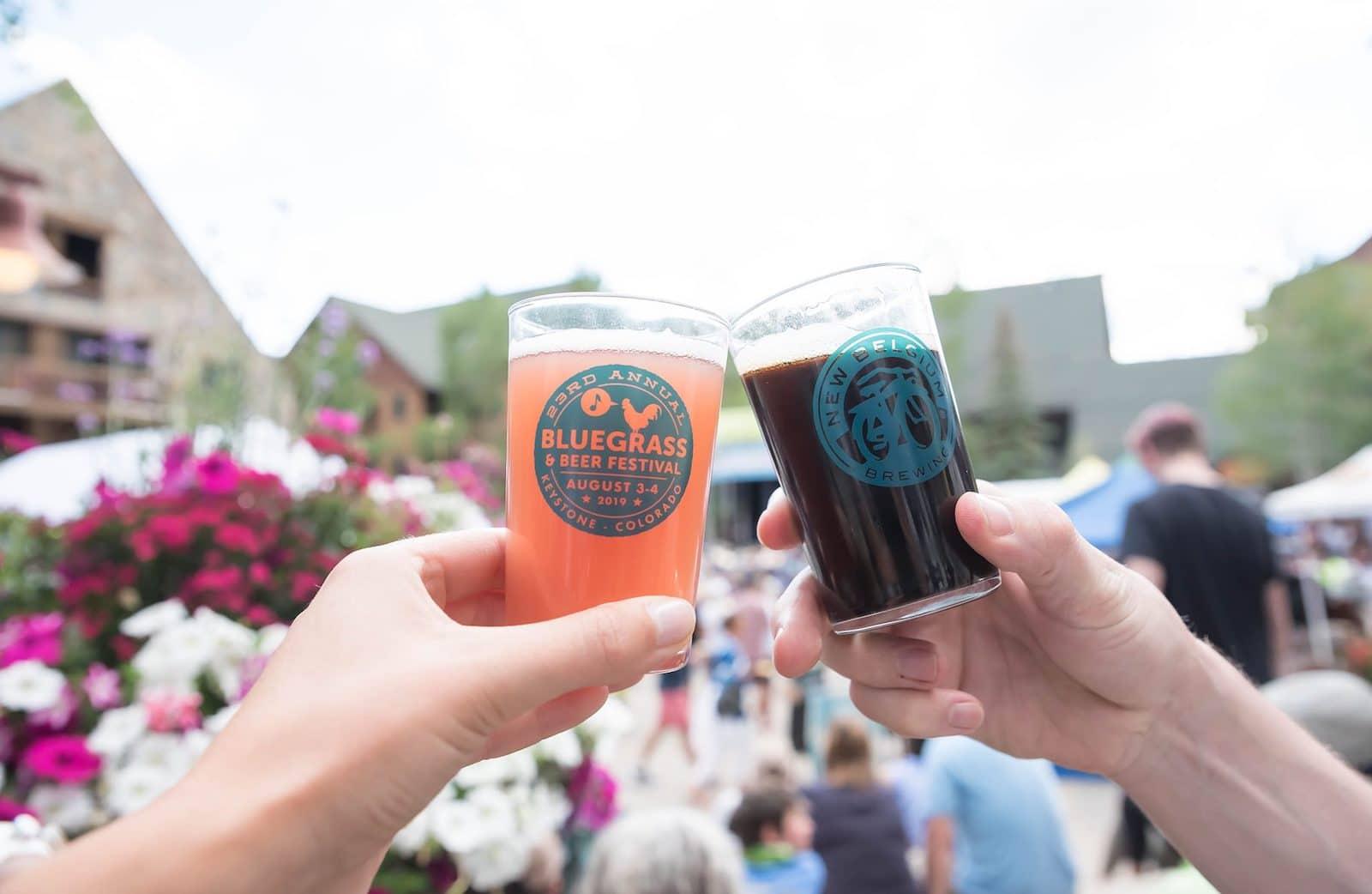 Gambar dua gelas di Bluegrass and Beer Festival di Keystone, Colorado