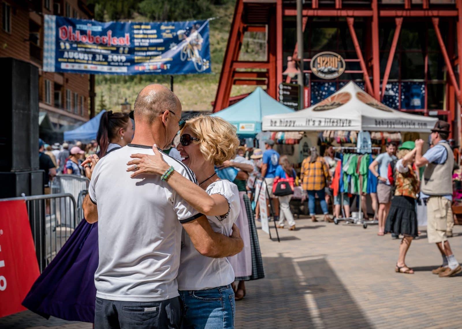 Gambar pasangan menari di Oktoberfest di Keystone, Colorado