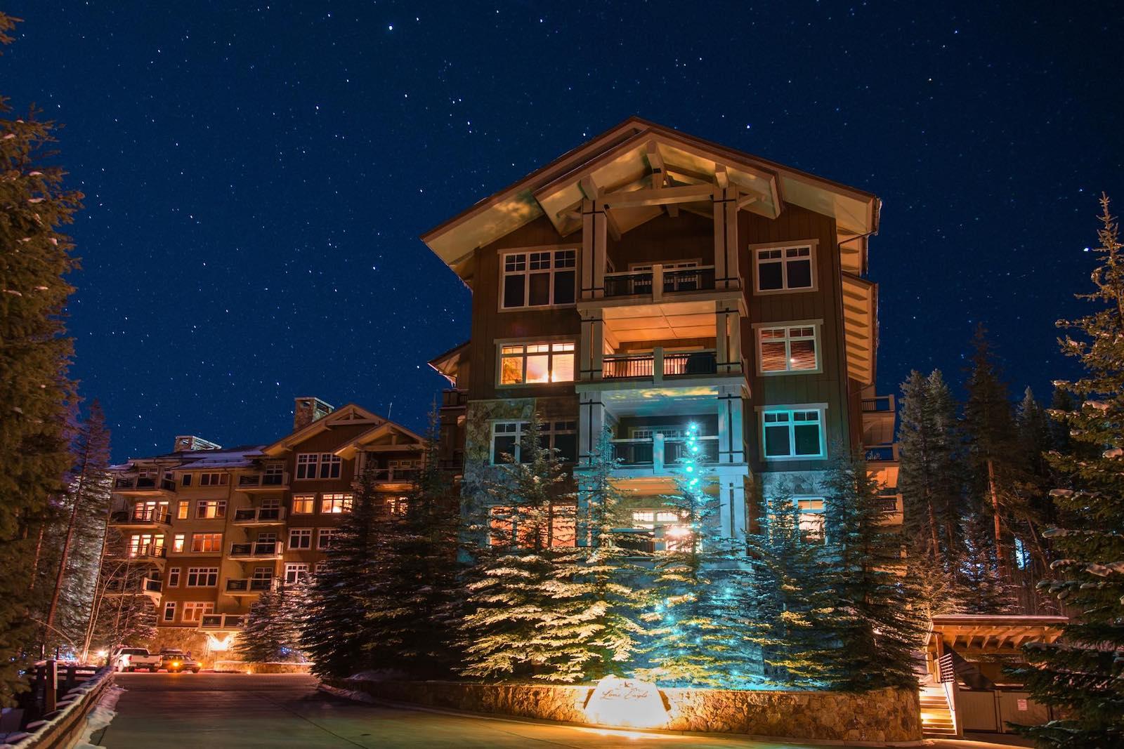 Gambar Keystone Resort di malam hari di Colorado