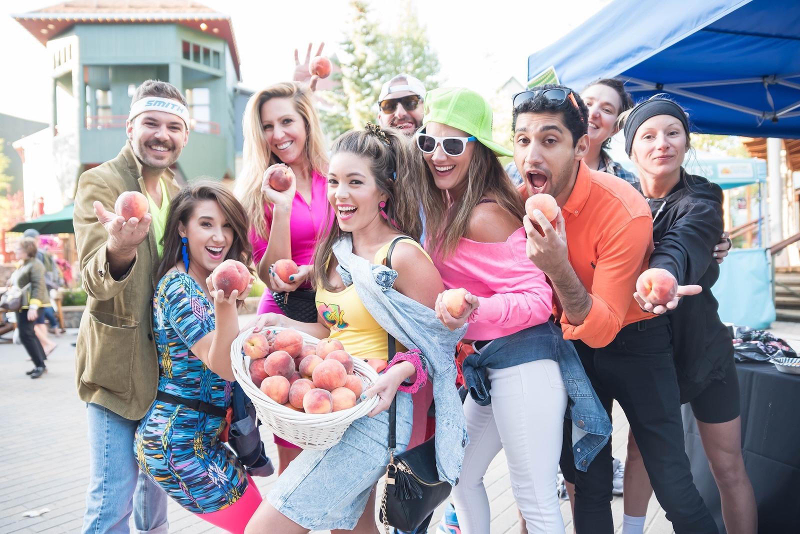 Gambar orang memegang buah persik di Keystone Mountain Town Music Festival di Colorado