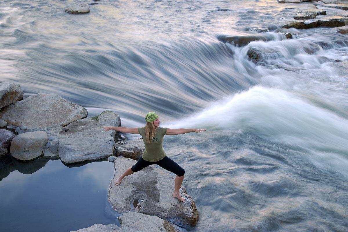Gambar seorang wanita melakukan yoga di Pagosa Springs, Colorado