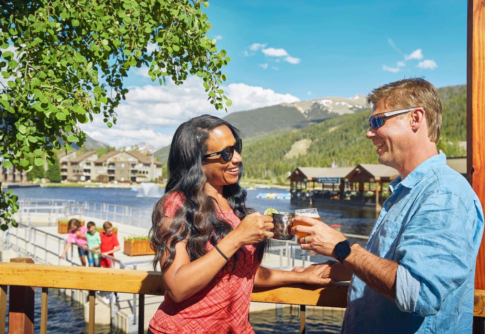 Gambar orang menikmati minuman di Keystone Resort di Colorado