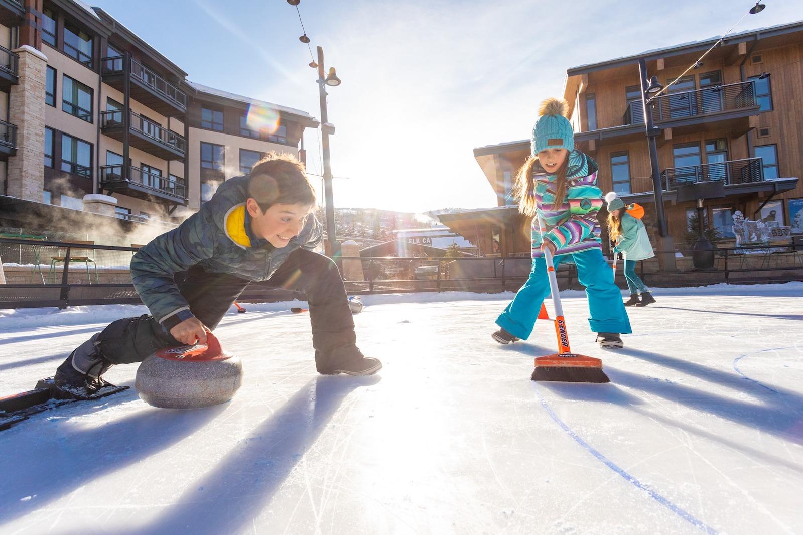 Gambar anak-anak meringkuk di Aspen, Colorado