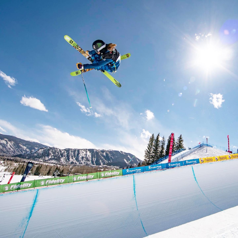 Gambar pemain ski di halfpipe di Aspen Snowmass di Colorado