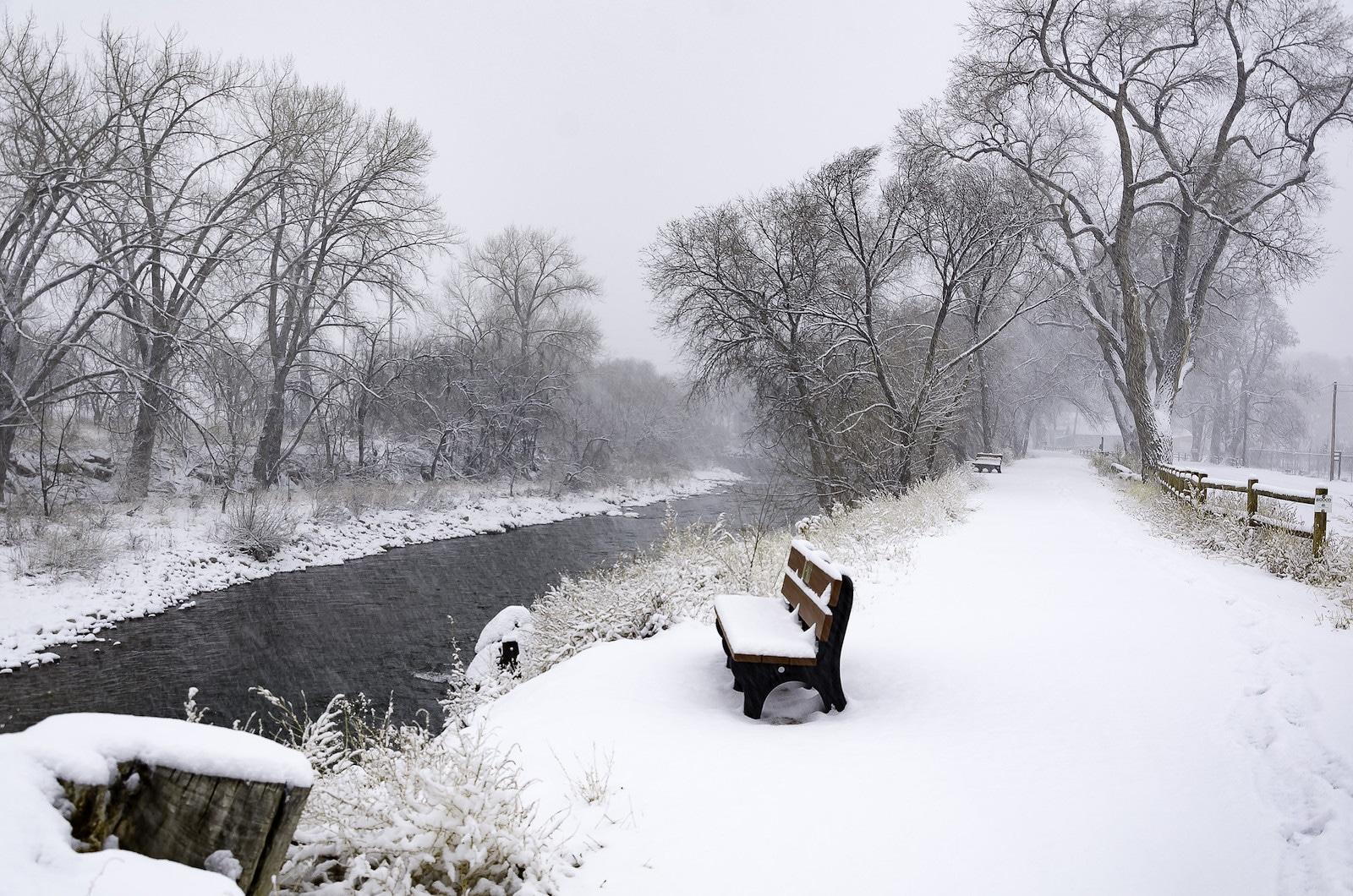 Gambar jalan sungai di kota kanon, Colorado tertutup salju